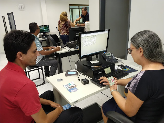 Eleitores sendo atendido no Posto de Atendimento ao Eleitor de Panelas, localizado no Fórum de Justiça.