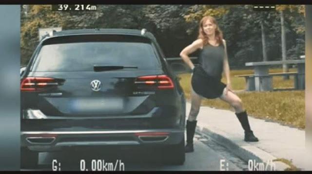 Ακριβά πλήρωσε το στριπτίζ που έκανε... στη μέση του δρόμου Γερμανίδα ηθοποιός