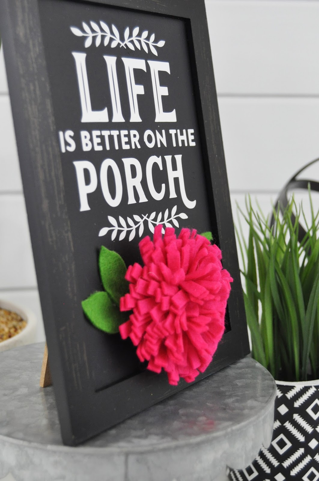 Porch chalkboard sign tutorial. Vinyl chalkboard porch sign. How to use vinyl to create a chalkboard sign for your porch with Jen Gallacher. #vinyl #chalkboard #jengallacher #jillibeansoup