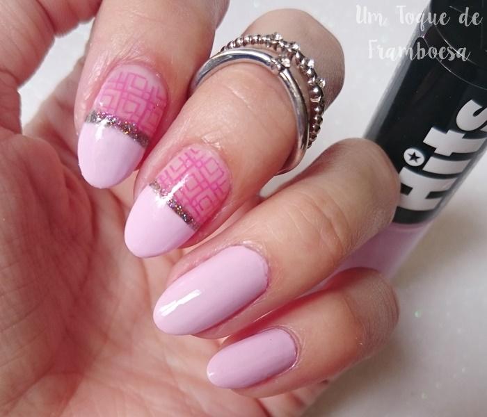 Unhas cor de rosa decoradas simples com carimbo