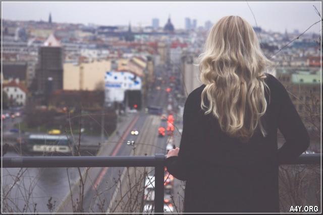 ảnh cô gái đứng trên cầu nhìn xuống con đường bên dưới