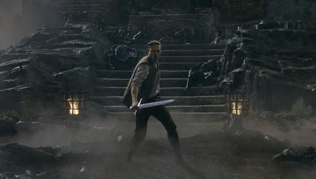 Charlie Hunnam empuñando la espada Excalibur