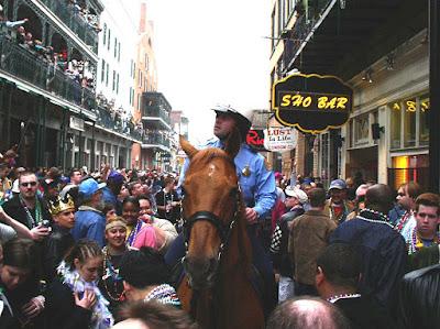 Polisi berkuda sedang berpatroli