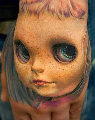 tatuajes de una niña pecosa con ojos enormes