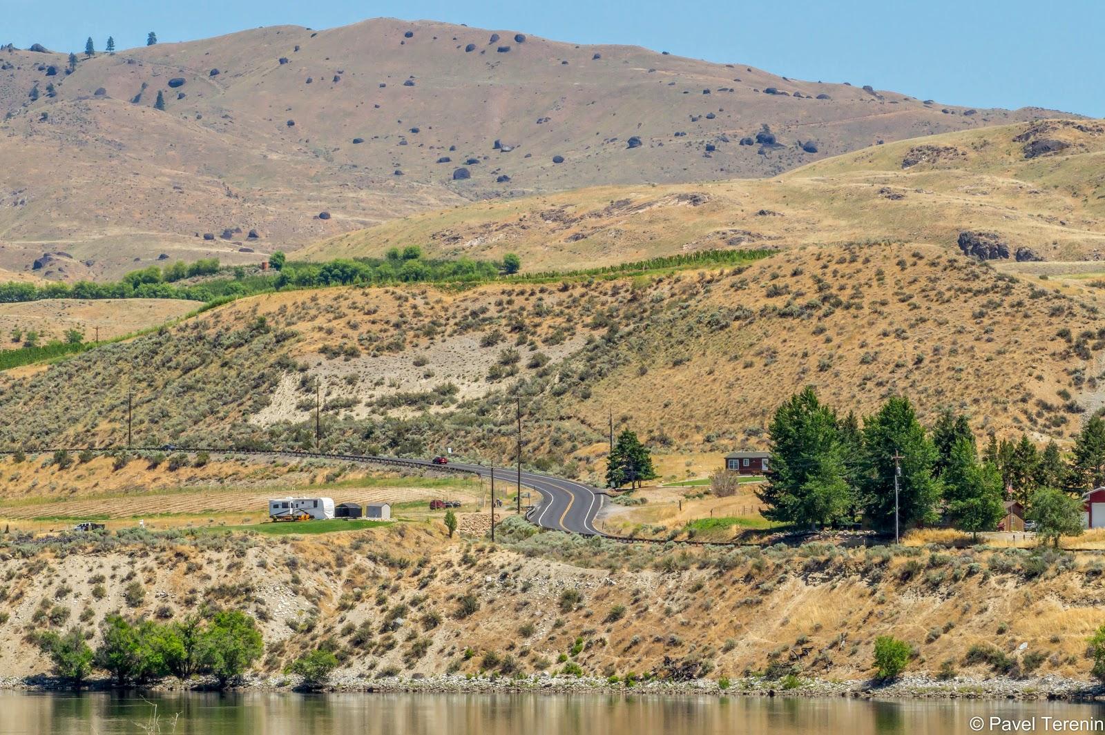 Проложив себе путь через Скалистые горы, пустыню, а потом и Каскадные горы, она наконец впадает в океан на границе штатов Орегон и Вашингтон.