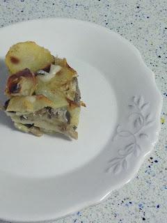 Presentación pastel de setas y patatas
