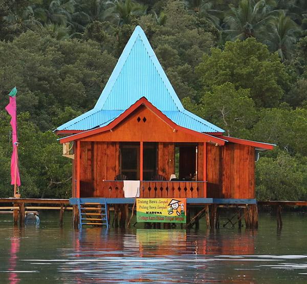 rumah olat yang asri di pulau seram maluku