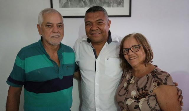 Ex-prefeito de Ibicoara sua esposa e no meio o deputado federal Valmir