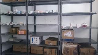 Los anaqueles de la farmacia se encuentran vacíos. Cortesía Nicolás Gómez.