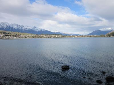 Vistas del lago Wakatipu desde el camino de Queenstown a Frankton, Nueva Zelanda