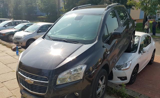 zdjęcie: policja/ Kutno: Niecodzienna kolizja...auto stoczyło się i wjechało na drugi samochód