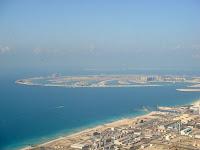 """Foto: La isla artifical """"The Palm"""" Otro sector de creciente importancia en Dubai es el turismo. Esta industria ha crecido a un ritmo de más del 30% anual a principios del año 2000 y representa hoy la quinta parte de la economía. Los flujos de jóvenes viajeros de los otros países del GCC están bien asentados y –dado su alto índice de consumo – producen importantes ingresos. Los intentos para atraer a europeos y norteamericanos han tenido éxito últimamente. La rentabilidad de la industria se basa en los altos precios, siendo Dubai el país con el promedio más alto de espacio en el mundo."""