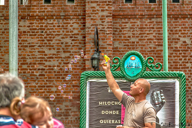 HDR.Vendedor ambulante ofreciendo burbujero con demostración.