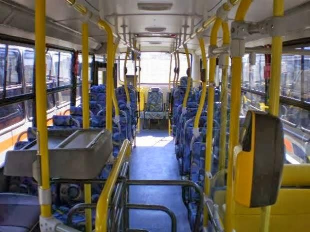 """""""Fique todo mundo quieto e ninguém faz enxame se não atiro"""", disse bandido em ônibus"""