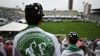 vergonzosa disposición:  Los cuerpos de los fallecidos fueron velados en el estadio Arena Condá del Chapecoense (AFP)