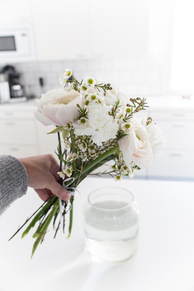kukkakimppu, hortensia, neilikat, lenikit, vaalea ja herkkä kimppu
