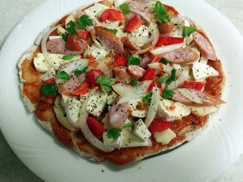 ミックスピザ。 ・トマトソース・チーズ(生モツァレラ,溶けるチーズ,カマンベール) ・ソーセージ・パプリカ・オニオン・イタリアンパセリ・ペッパー
