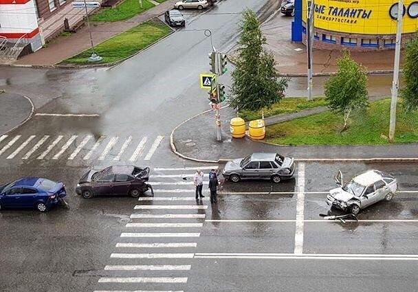 В Уфе ВАЗ-2112 протаранил 3 легковушки, момент ДТП попал на видео