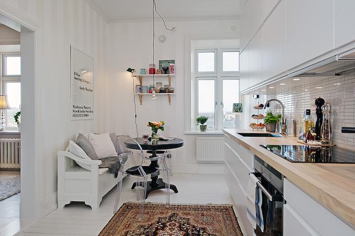 cocina con office con papel pintado semi-brillo