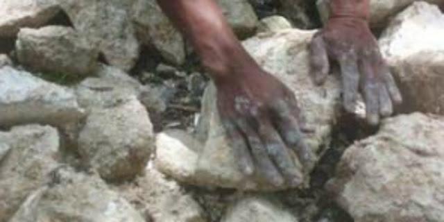 Kisah tentang Seorang Pekerja Tukang Batu yang Tangannya Dicium oleh Baginda Rasulullah SAW.