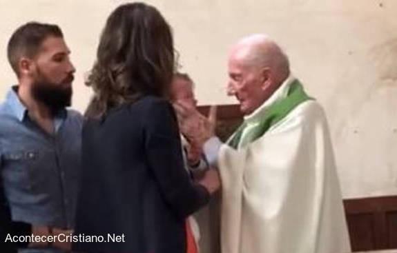 Sacerdote lanza cachetada a bebé