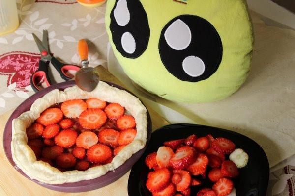Rellenando con fresas el hojaldre