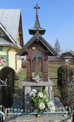 Kapliczka z repliką Matki Bożej Ludźmierskiej z 1988 roku przy DW nr 957.