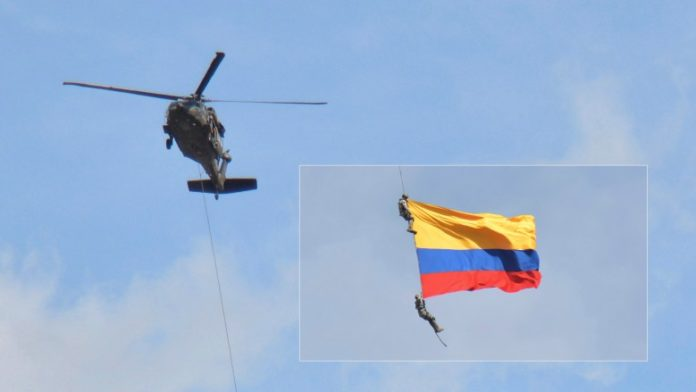 Βίντεο: Κολομβιανοί στρατιωτικοί που κρέμονταν από ελικόπτερο πέφτουν στο κενό