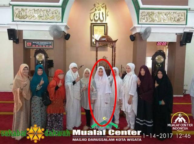 Kagum Dengan Umat Islam Yang Tetap Jalankan Shalat Meski Sibuk, Wanita Kristen Ini Pun Masuk Islam