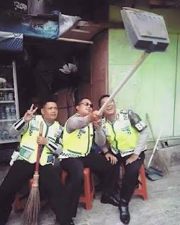 Polisi Selfie dengan Sekop
