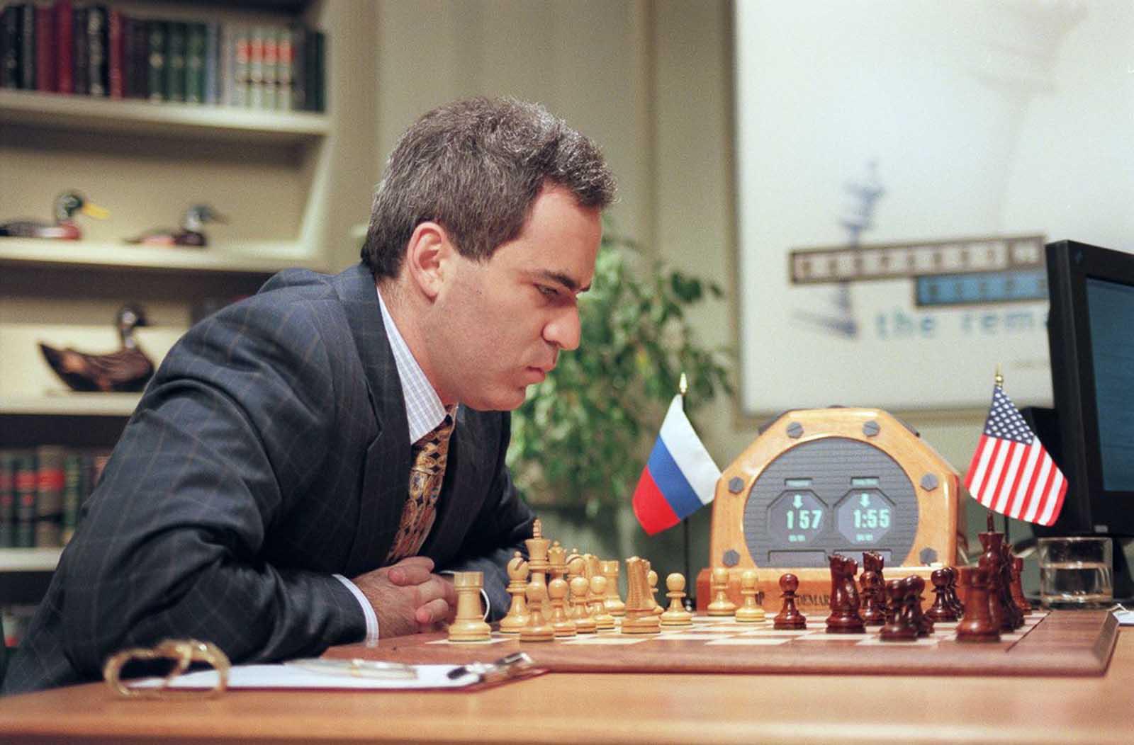 Kasparov considera un movimiento en el Juego 3, después de ganar el primer juego y perder el segundo.