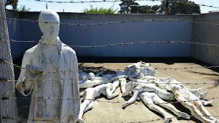 Sculptura care evoca ororile din lagarele de concentrare