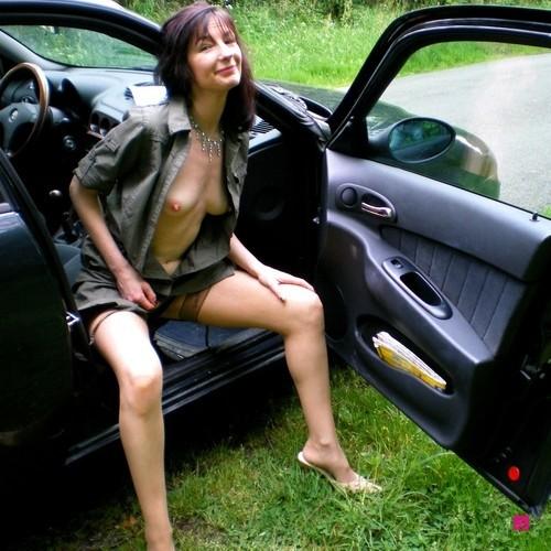 эмо девушка переодевается в машине своего бойфренда порно