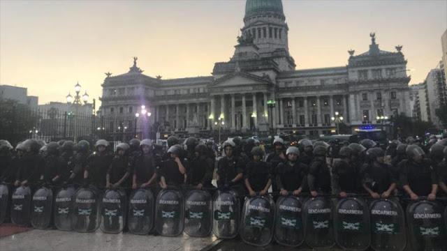 Cristina Fernández critica a Macri por reprimir protestas