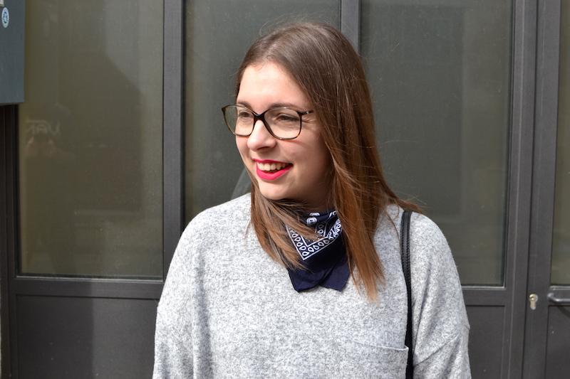 pull gris clair zara, bandana bleu marine Asos, rouge à levre matt too faced