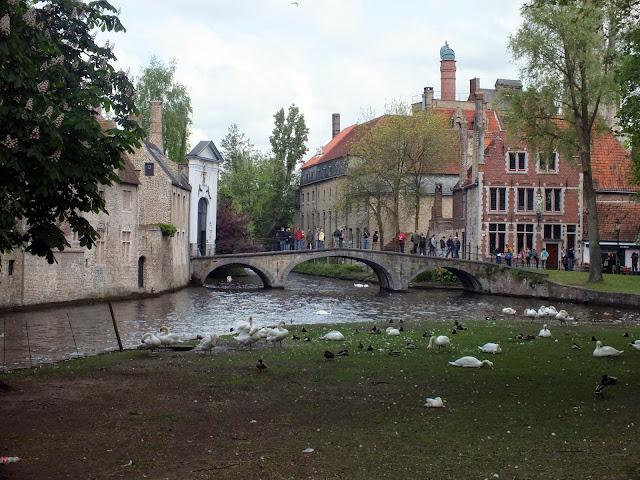 canales y puentes en Brujas