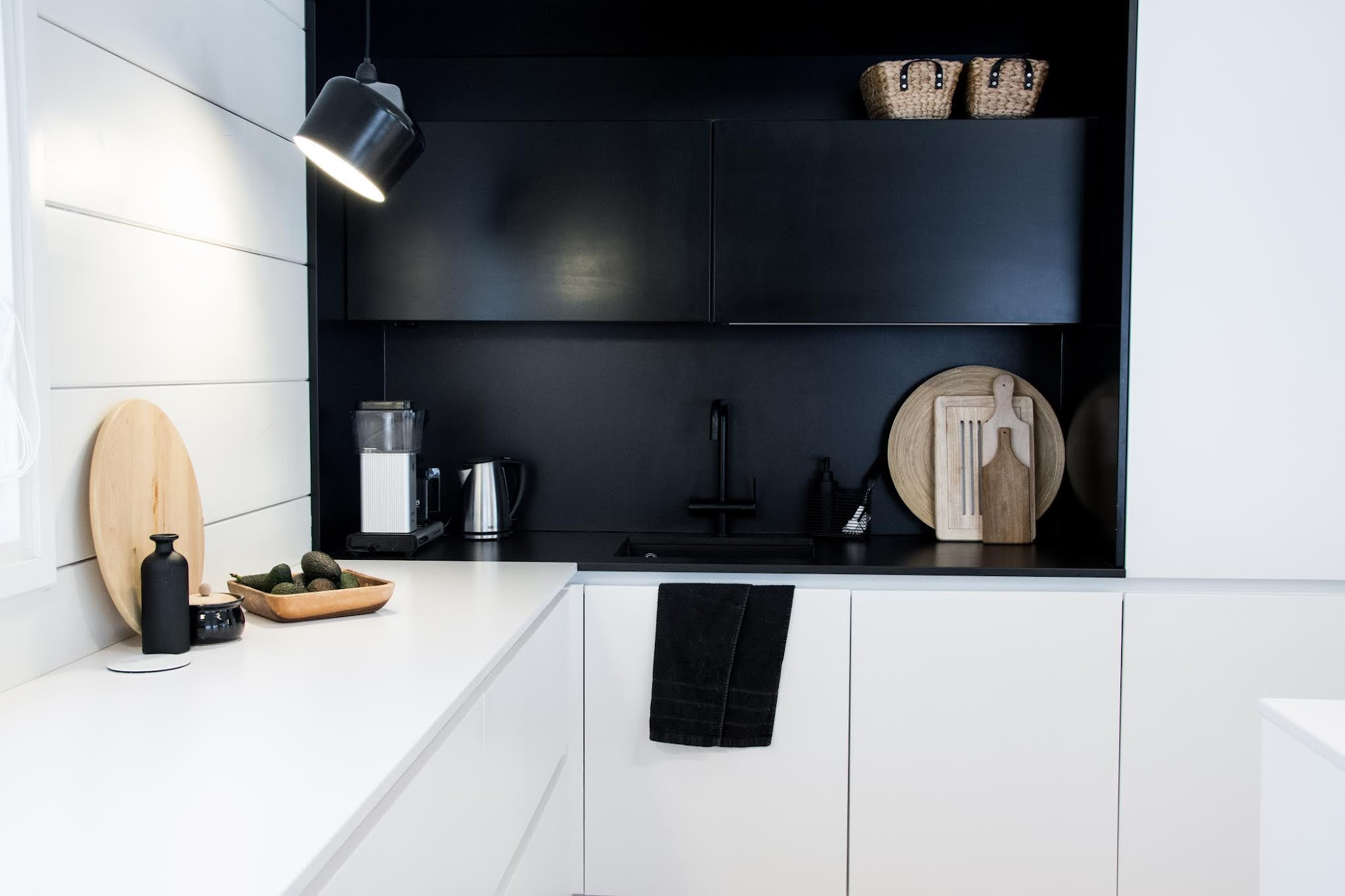talo markki - Keittiön kaaoksen kesyttäminen 3 tuotteella - mustavalkoinen keittiö
