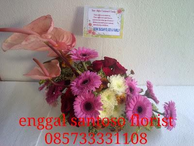 rangkaian karangan bunga meja minimalis untuk ucapan kelahiran