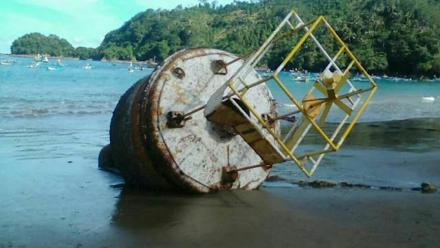 Buoy (alat deteksi tsunami) rusak yang ditarik ke darat oleh nelayan di Trenggalek pada Maret 2018