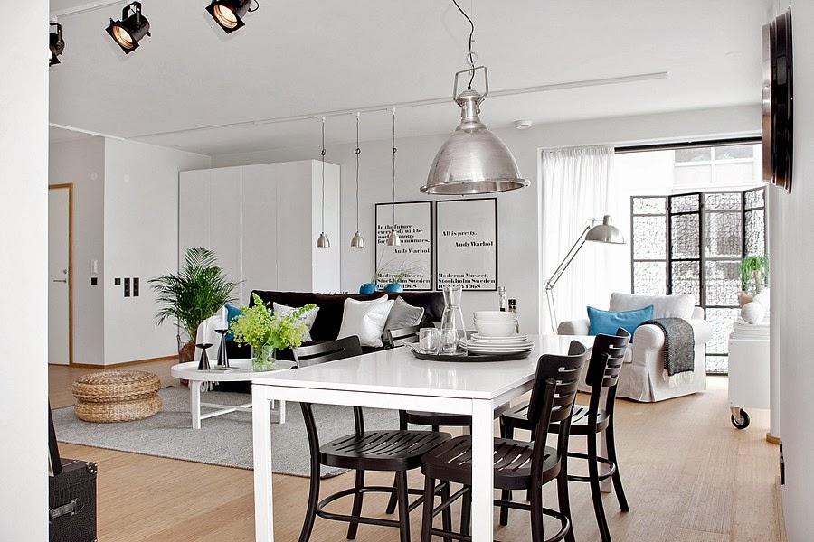 Białe wnętrze z czarnymi i niebieskimi akcentami, wystrój wnętrz, wnętrza, urządzanie domu, dekoracje wnętrz, aranżacja wnętrz, inspiracje wnętrz,interior design , dom i wnętrze, aranżacja mieszkania, modne wnętrza, styl skandynawski, scandinavian style, białe wnętrza, salon, jadalnia