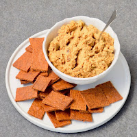 Hummus com tomate seco e crakers de quinoa