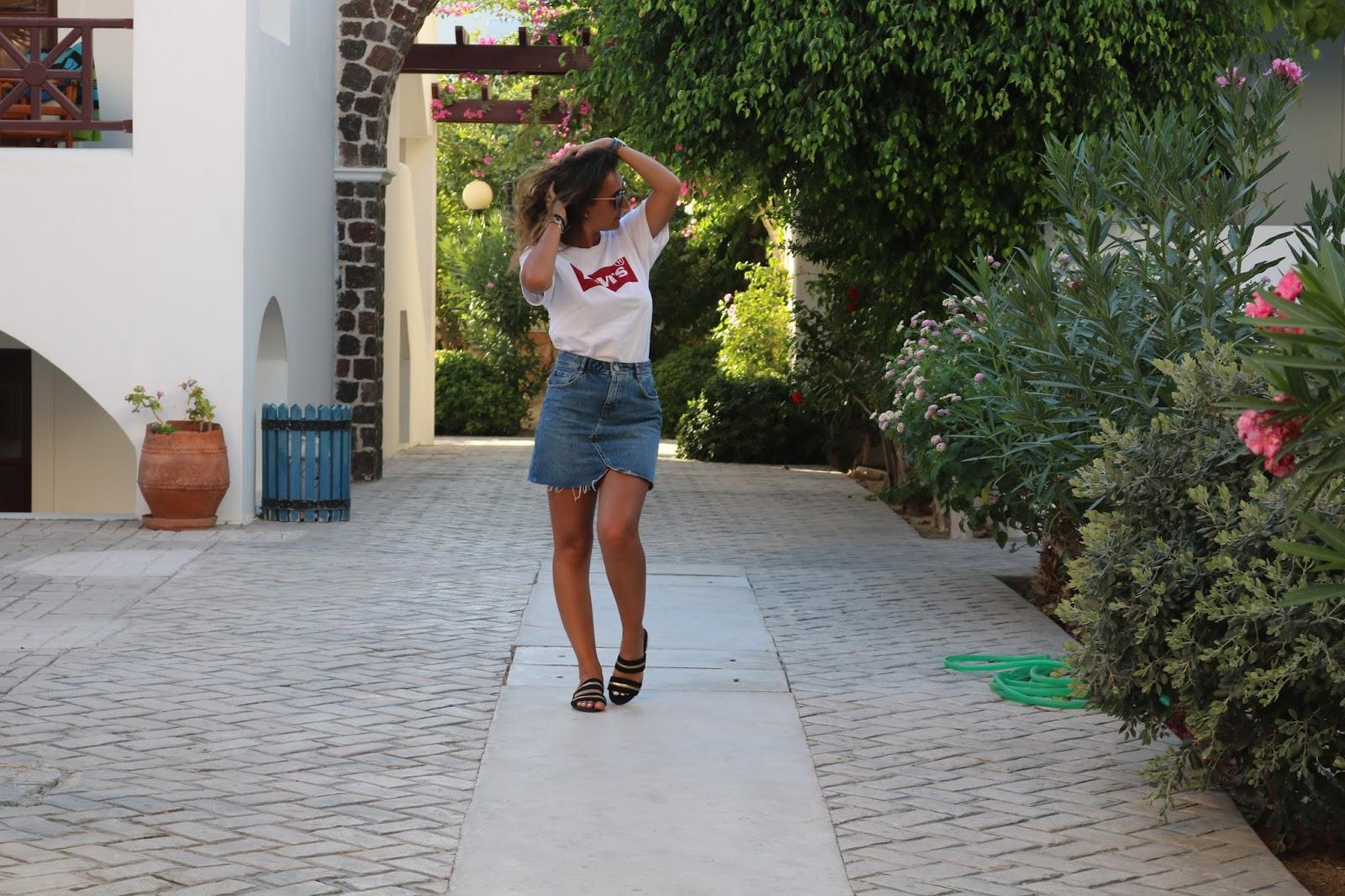 blog blogger blogging comment augmenter son lectorat mode fashion lifestyle comment développer son blog faire connaitre son blog l'importance des réseaux sociaux aggrandir les lecteurs toucher plus de monde référencement SEO levis logo ados jupe en jeans mules missguided celine luxe lunettes de soleil t-shirt levis blanc et gris santorin