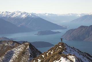 Le Christ rédempteur sur la montagne regardant la mer