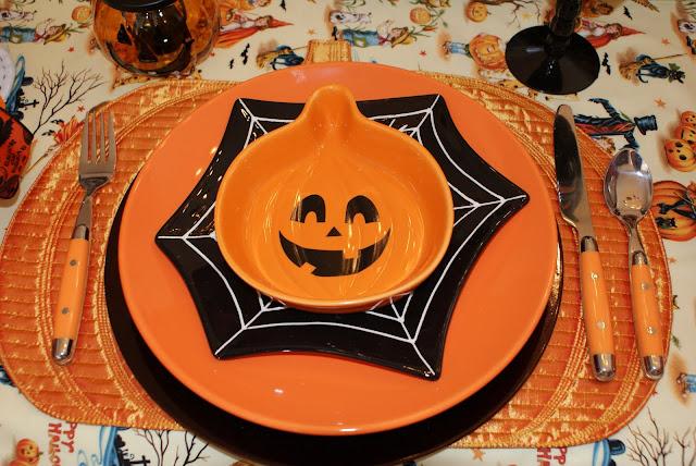 Хэллоуин, 31 октября, Halloween, All Hallows' Eve, All Saints' Eve, тыквы на Хэллоуин, декор для дома на Хэллоуин, украшения на Хэллоуин, декорирование праздничного стола, сервировка на Хэллоуин, как украсить стол на Хэллоуин, варианты декора для праздничного стола, шикарные праздничные украшения на Хэллоуин, монстры на Хэллоуин, привидения для интерьера, декор стола на Хэллоуин, оформление стола монстрами, привидения, тыквы, летучие мыши, зомби, страшилки, своими руками, идеи оформления стола на Хэллоуин, скелеты, Хэллоуин в интерьере, Декор для дома на Хэллоуин своими руками, еда, застолье на Хэллоуин, http://prazdnichnymir.ru/ Сервировка стола на Хэллоуин