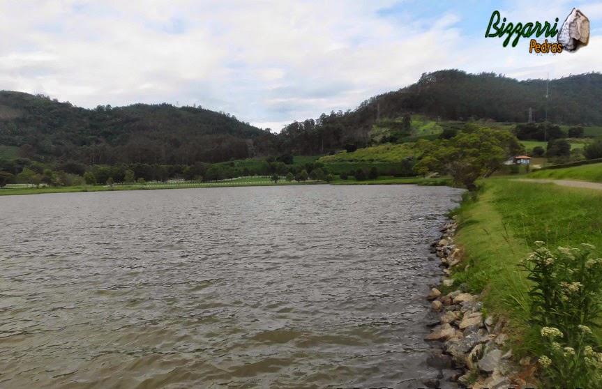 Construção de lagos e embelezamento de lagos com muros de pedras, os piquetes dos cavalos em volta e o paisagismo.
