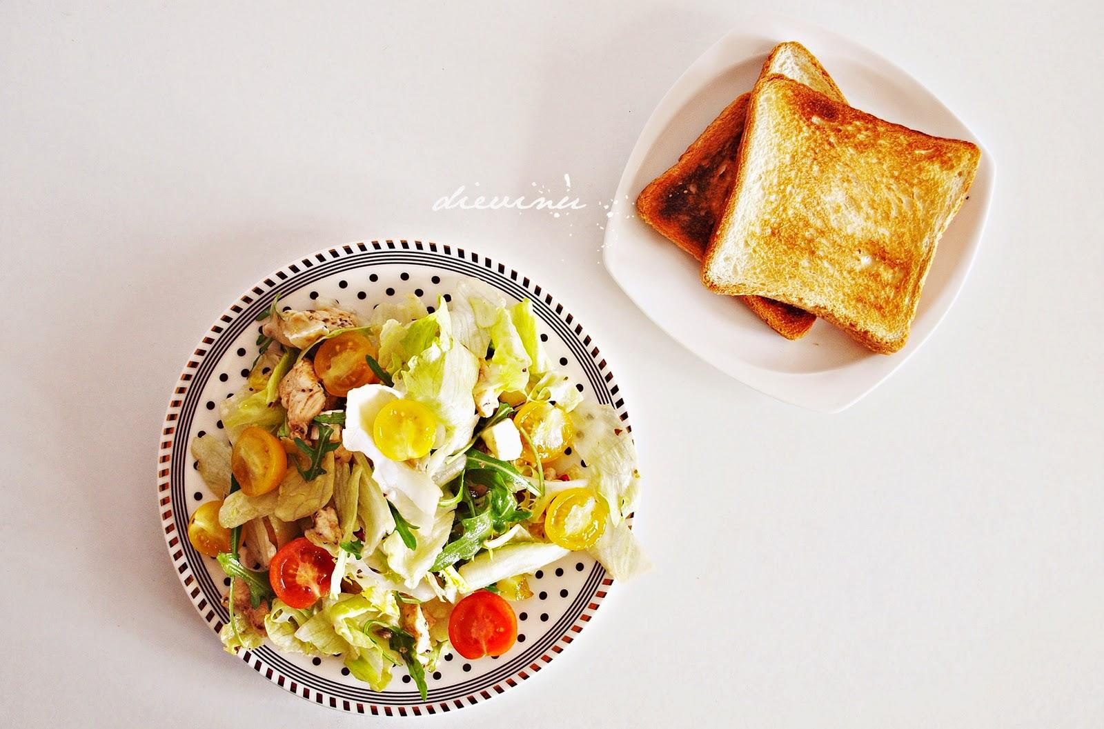 salotos su kriauše, camembert ir vištiena
