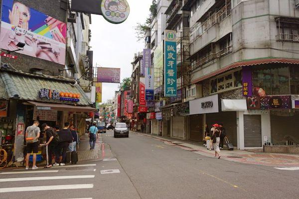 永康街(ヨンカンジエ)は本来グルメやスイーツや小物ショッピング楽しむ場所