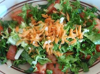 ensalada con tomate, escarola y zanahoria