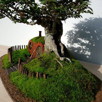 Bonita casa de enanos y jardín
