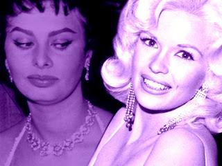 Una joven Sofía Loren mira de reojo a una sonriente Jane Mansfield en tonos violeta